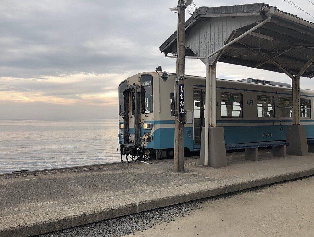 下灘駅の電車の画像