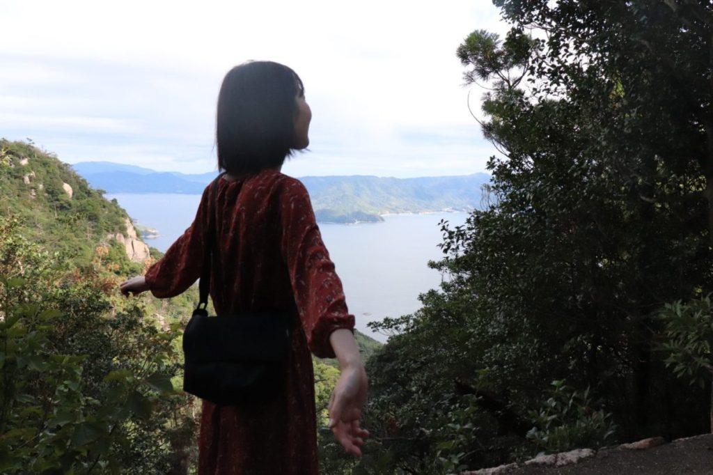 登山道の合間に美しい景色